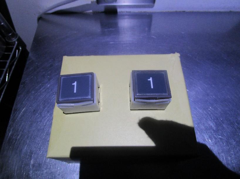 左:新しい押しボタン/右:古い押しボタン