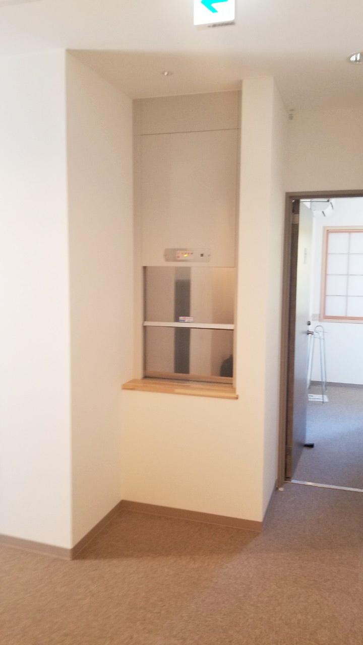 1階に設置した小荷物専用昇降機