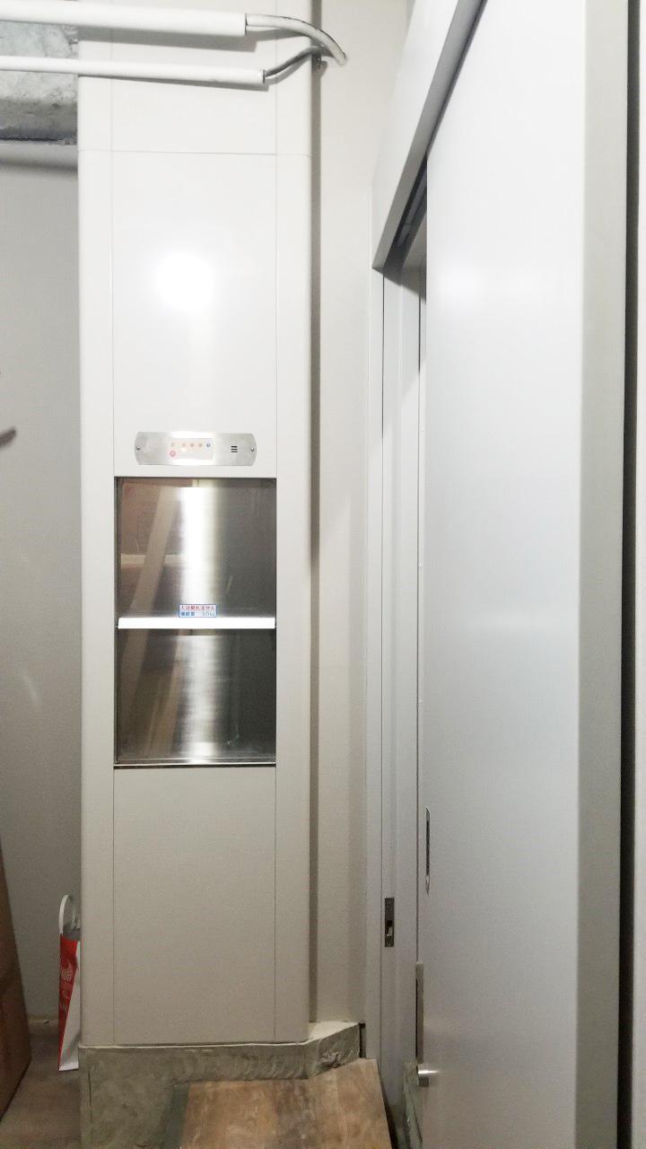 1階キッチンに設置した小荷物専用昇降機(ダムウェーター)