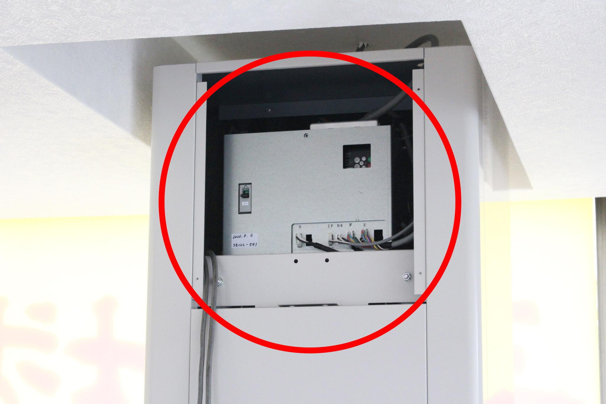 「制御盤」は、小荷物専用昇降機をコントロールするための重要な装置です