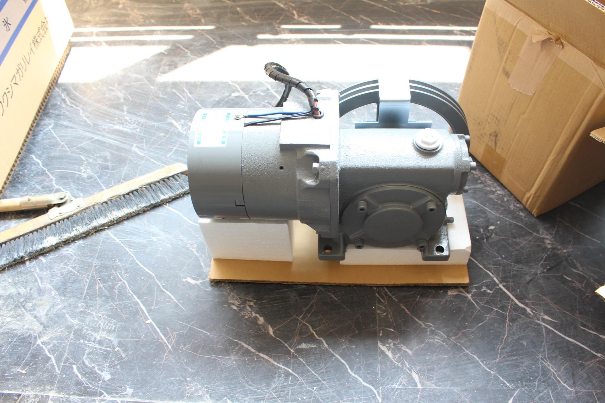 「巻上機」は、小荷物専用昇降機のカゴを巻き上げる際に利用する装置です
