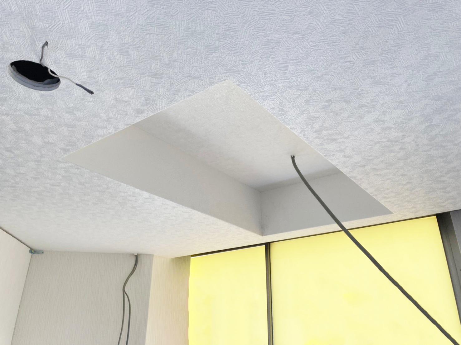今回の現場は天井が低かったため、小荷物専用昇降機を設置できるように建築工事にてスペースを開けています。