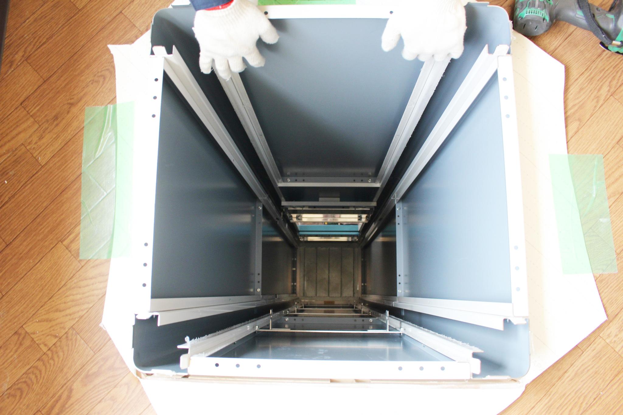 小荷物専用昇降機の昇降路は、パネルを組み合わせる形で製作していきます