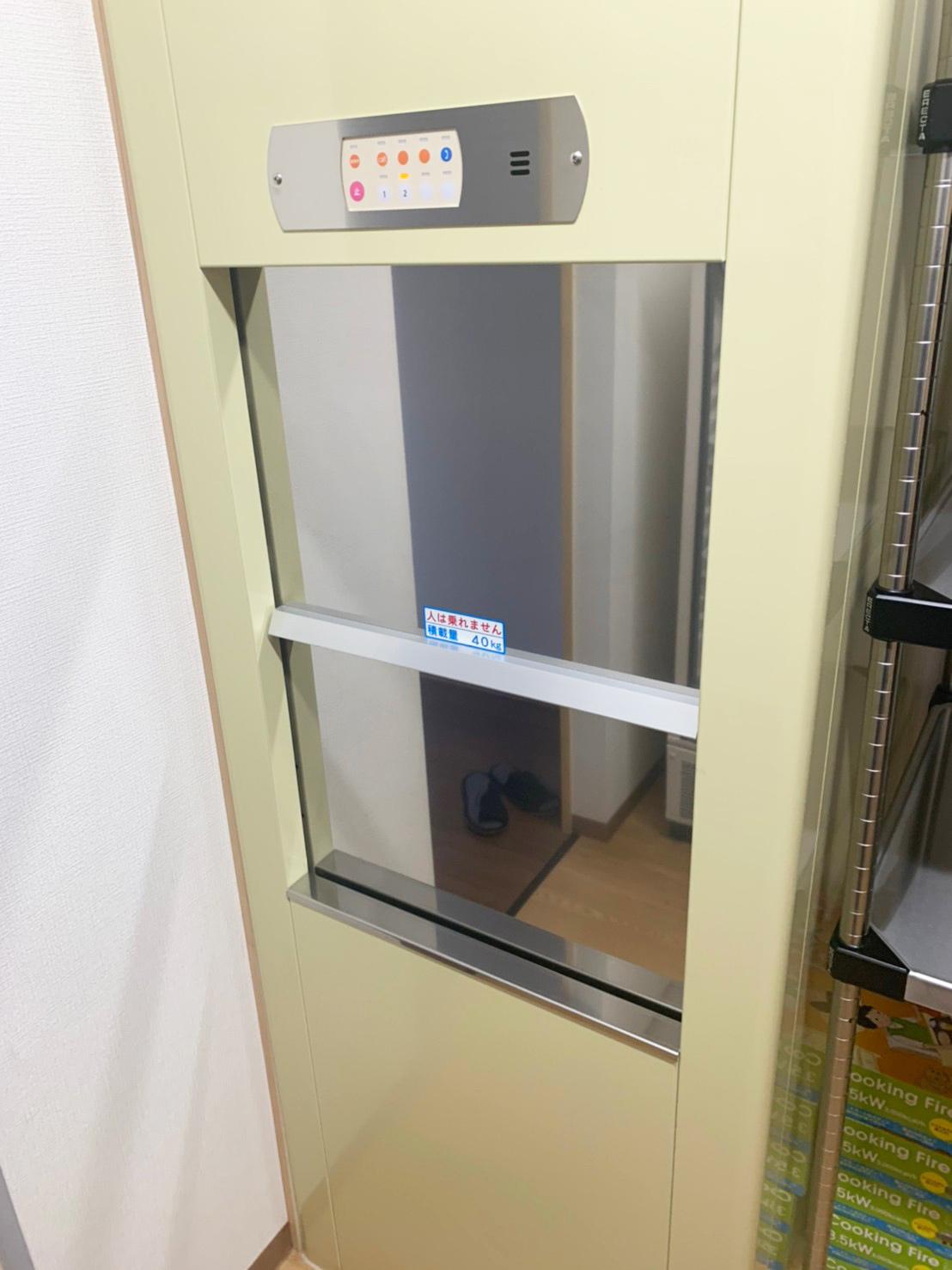 韓国料理店の厨房に設置した小荷物専用昇降機
